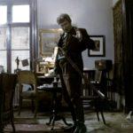 """Scena z filmu """"Klucznik"""" (1979), reż. Wojciech Marczewski; Wirgiliusz Gryń (""""klucznik"""") w dawnej jadalni guzowskiego pałacu; fot. ze zbiorów Filmoteki Narodowej"""