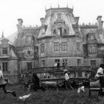 """Scena z filmu """"Klucznik"""" (1979), reż. Wojciech Marczewski; widok pałacu w Guzowie od ogrodu; fot. ze zbiorów Filmoteki Narodowej"""
