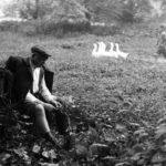 """Scena z filmu """"Klucznik"""" (1979), reż. Wojciech Marczewski; Włodzimierz Musiał (""""stróż"""") w parku w Guzowie; fot. ze zbiorów Filmoteki Narodowej"""