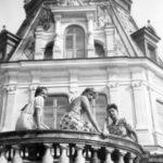 Siostry: Zofia, Elżbieta i Ludwika Sobańskie na tarasie w Guzowie, lata 30./40. XX w.