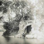 Sztuczna grota na wyspie w parku, początek XX w.