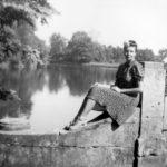 Ludwika z Sobańskich Alfredowa hr. Tyszkiewiczowa na moście w parku guzowskim, lata 30./40. XX w.
