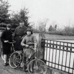 Felix hr. Sobański z córkami Ludwiką i Różą na moście w parku guzowskim, lata 30. XX w.