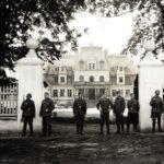 Żołnierze niemieccy przed pałacem w Guzowie, wrzesień 1939 r.