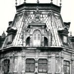 Pałac od str. ogrodu, fragment ryzalitu środkowego; fot. K. Kowalska, 1977 r. Arch. Mazowieckiego Wojewódzkiego Konserwatora Zabytków