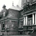 Fragment elewacji frontowej pałacu, fot. K. Kowalska, 1977 r. Arch. Mazowieckiego Wojewódzkiego Konserwatora Zabytków