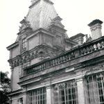 Oranżeria i jedna z wież pałacowych; fot. K. Kowalska, 1977 r. Arch. Mazowieckiego Wojewódzkiego Konserwatora Zabytków
