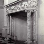 Neorenesansowy, marmurowy kominek w hallu pałacowym; fot. K. Kowalska, 1977 r. Arch. Mazowieckiego Wojewódzkiego Konserwatora Zabytków