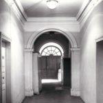 Korytarz na parterze pałacu; fot. K. Kowalska, 1977 r. Arch. Mazowieckiego Wojewódzkiego Konserwatora Zabytków