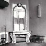 Sala balowa, marmurowy kominek z paryskiego pałacu Tuileries; fot. K. Kowalska, 1977 r. Arch. Mazowieckiego Wojewódzkiego Konserwatora Zabytków