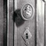 Jadalnia pałacowa, klamka z herbem Sobańskich -Junosza; fot. K. Kowalska, 1977 r. Arch. Mazowieckiego Wojewódzkiego Konserwatora Zabytków