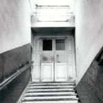 Schody z hallu na I piętro; fot. K. Kowalska, 1977 r. Arch. Mazowieckiego Wojewódzkiego Konserwatora Zabytków