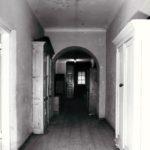Korytarz na I piętrze; fot. K. Kowalska, 1977 r. Arch. Mazowieckiego Wojewódzkiego Konserwatora Zabytków