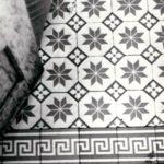 Dawna łazienka w wieży wschodniej, fragment posadzki; fot. K. Kowalska, 1977 r. Arch. Mazowieckiego Wojewódzkiego Konserwatora Zabytków