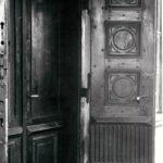 Główne drzwi wejściowe do pałacu; fot. K. Kowalska, 1977 r. Arch. Mazowieckiego Wojewódzkiego Konserwatora Zabytków