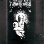 Kościół św. Felixa de Valois, witraż Madonna z Dzieciątkiem; fot. K. Kowalska, 1977 r. Arch. Mazowieckiego Wojewódzkiego Konserwatora Zabytków