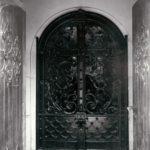Kościół św. Felixa de Valois, główne drzwi wejściowe; fot. K. Kowalska, 1977 r. Arch. Mazowieckiego Wojewódzkiego Konserwatora Zabytków