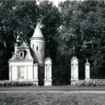 Kordegarda i główna brama wjazdowa do parku; fot. K. Kowalska, 1977 r. Arch. Mazowieckiego Wojewódzkiego Konserwatora Zabytków