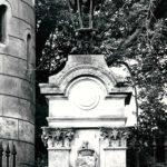 Filar przy bramie wjazdowej z herbem Sobańskich - Junosza; fot. K. Kowalska, 1977 r. Arch. Mazowieckiego Wojewódzkiego Konserwatora Zabytków