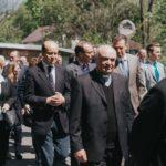 Krasiczyn 14. 05. 2017; goście w drodze z kościoła do parku zamkowego