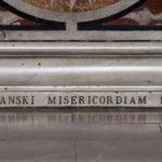 Nazwisko fundatorów ołtarza na podstawie mensy, kościół św. Augustyna w Warszawie; fot. P. Jamski