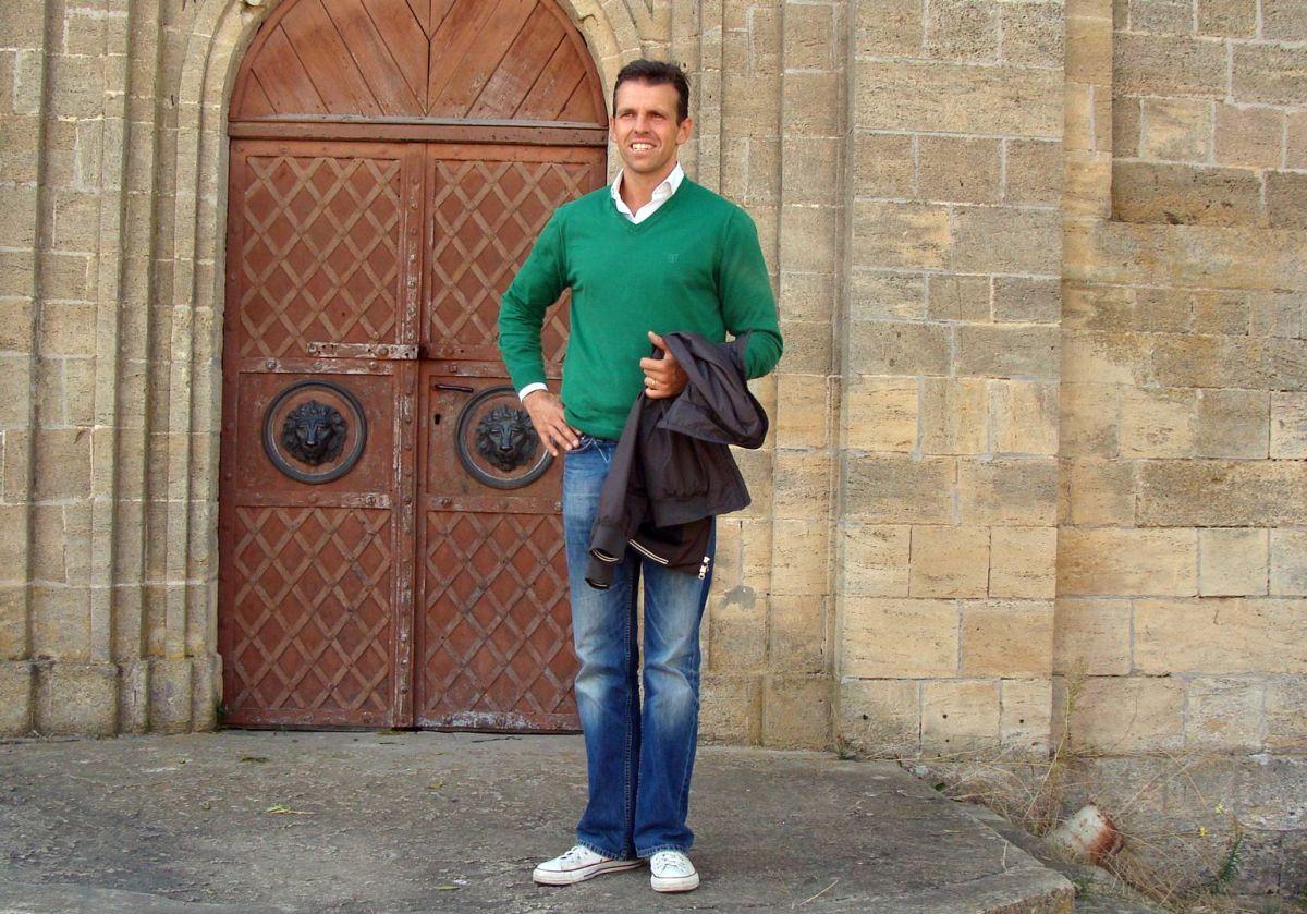 Michał Sobański przed kaplicą w Czeczelniku, 2009 r.
