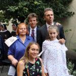 Rodzina Sobańskich w ogrodzie zakładu; stoją od lewej: Renata, Felix, Michał i Zofia, siedzi Zofia Karo (córka Małgorzaty Sobańskiej Tarnowskiej), 15.09.2018