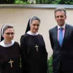 Od lewej: S.M. Fidelia Janas, historyczka zgromadzenia, S.M. Wirginia Nowak, przełożona prowincjalna, Michał Sobański, 15.09.2018
