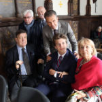 """Rodzina Sobańskich w kaplicy, siedzą od lewej: Antoni S., Felix S., Małgorzata """"Marita"""" Sobańska-Tarnowska; stoją od lewej: Władysław S. Andrzej Bniński (w głebi), Michał S."""