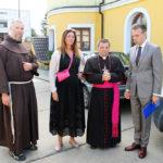 Od lewej: o. Cecylian Zapolski OFM, proboszcz parafii w Czeczelniku, Elżbieta Sobańska, bp kamieniecki Leon Dubrawski, Michał Sobański