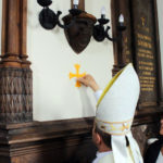 Bp Leon Dubrawski namaszcza ściany kaplicy olejami świętymi; z prawej Jadwiga Czartoryska