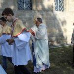 Uroczysta procesja wokół kaplicy; bp Leon Dubrawski z Najświętszym Sakramentem