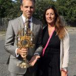 Michał i Elżbieta Sobańscy z darem dla kaplicy w Czeczelniku - neogotycką monstrancją