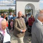 Uroczysta procesja wokół kaplicy; pośrodku Kacper Krasicki