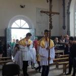 Wprowadzenie krzyża po procesji