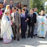 Rodzina Sobańskich z bp Leonem Dubrawskim przed kaplicą w Czeczelniku