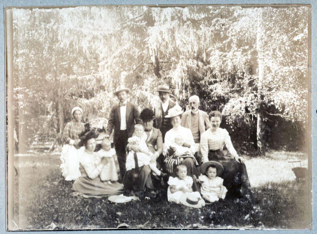 Izydor Sobański (pierwszy z prawej w trzecim rzędzie) z rodzinami Belina-Brzozowskich i Broel-Platerów, Popieluchy 1901; zbiory Ignacego Dembińskiego